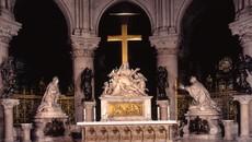 A Notre-Dame de Paris, la Croix et la Gloire résistent dans les ténèbres